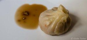 Xiao long bao et sa sauce avant dégustation
